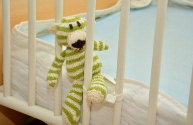 Kam umístit postel v dětském pokoji pro bezpečnost dítěte?